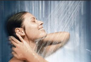 ппринимаеи контрастный душ