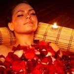 ванна с лепестками красной розы