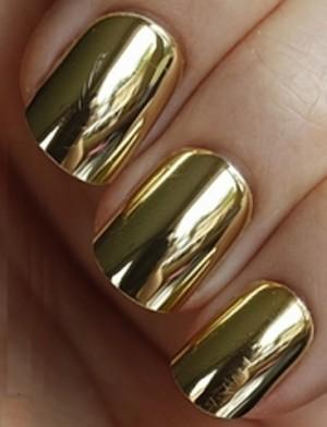 маникюр с золотой пленкой