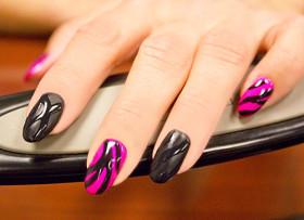 розовый маникюр с черным