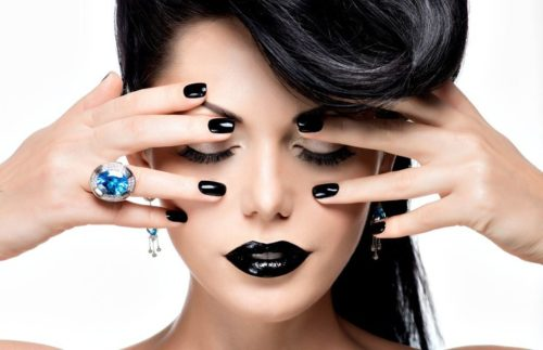 темный маникюр на длинных ногтях