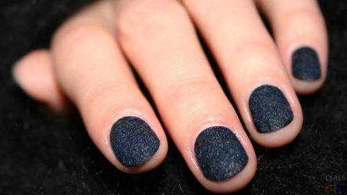 темный маникюр на коротких ногтях