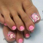 Нежный и стильный педикюр в розовых тонах