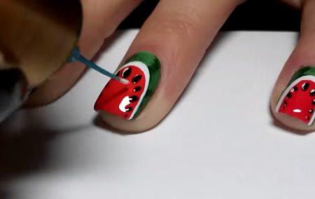 нанесение рисунка арбуза на ногти