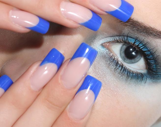 синий френч на ногтях