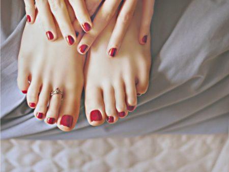 Как аккуратно нанести лак на ногти ног?