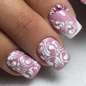 белые узоры на ногтях