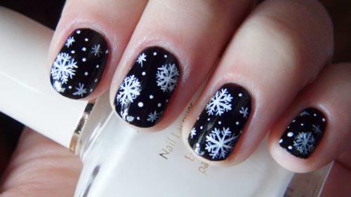 черный маникюр с белыми снежинками